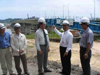 Kemena Bridge 1 - Naim's Technical Advisor,Alan Teng (2nd right) explaining to Bintulu Divisional Engineer (DE), Mr Goh
