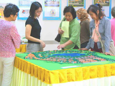 INTERESTING…A group of prospective buyers taking a closer look at the model of the lakeview detached lots available at Desa Ilmu, Kota Samarahan that are now on sale.