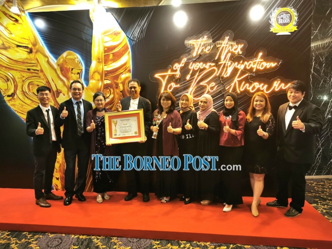 Wong (fifth left) with Naim's board member Datuk Ahmad Abu Bakar (fourth left) and Naim sales team after they received the award.